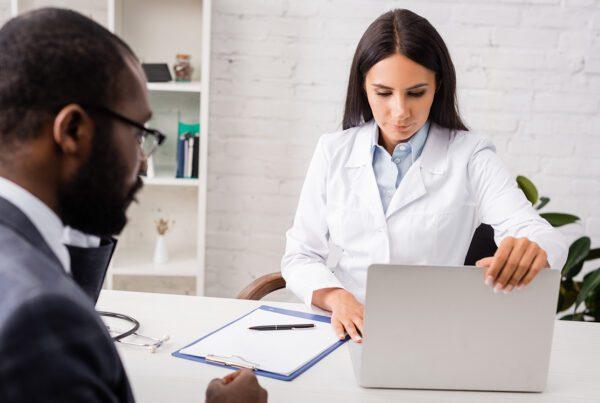impressão de documentos médicos sob demanda